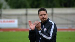Calle Löf applåderar åt publiken efter att FF Jaro vunnit en hemmamatch.