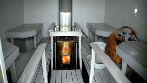 Inne i en flytande bastu med eld i ugnen.