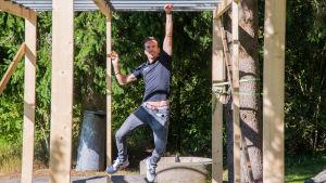 """Joakim Träskelin klättrar på """"monkey bars"""""""