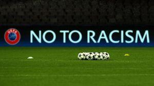 No to racism-skylt vid fotbollsplan.