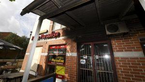 Den branddrabbade pizzerian i bottenvåningen på ett mindre höghus.