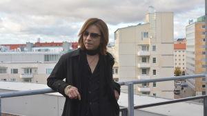 Yoshiki på hotellets balkong med utsikt över Helsingfors 18.10.2017.