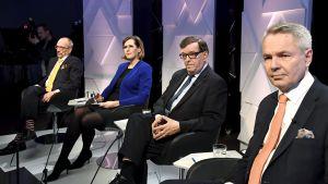 På bilden från Yles presidentvalsdebatt syns förutom Paavo Väyrynen också Pekka Haavisto, Tuula Haatainen och Nils Torvalds.