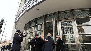 Mutanklagade fotbollsledare på väg in till domstolen i New York.