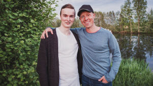 Aron Lassfolk som tipsade Egenland om Fiskets natt tillsammans med programledaren Nicke Aldén.