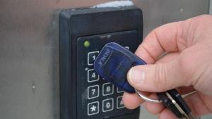 Ett lås som öppnas med en elektronisk nyckelbricka.