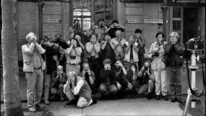 Magnum-kuvatoimiston kuvaajia yhteispotretissa. Kuvan otti Eliott Erwitt.