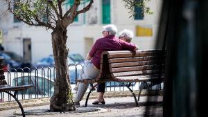 Vanhempi pariskunta penkillä, Malta, 6.5.2018.