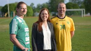 Pelle Broman, Mia Westerlund och Johan Andberg vid idrottsplan i Sjundeå