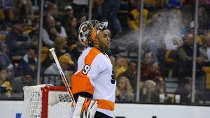 NHL-målvakten Ray Emery sprutar sitt dricksvatten.