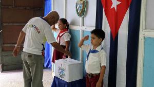 Röstning på vallokal i Havana, Kuba den 19 april.