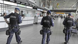 holländsk polis patrullerar på flygplatsen Schiphol i Amsterdam efter expolisionerna i Belgien