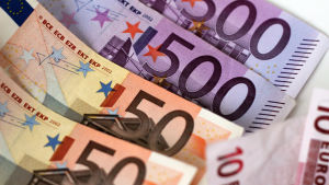 Eurosedlar i en hög.