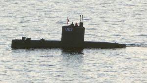 Ubåtsägaren Peter Madsen och journalisten Kim Wall ses på ubåten UC3 Nautilus den 10 augusti 2017 vid hamnen i Köpenhamn.