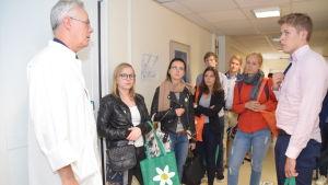 Överläkare Peter Braskén visar Raseborgs sjukhus för medicine studerande.