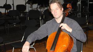 Arvo Lang spelar en cello.