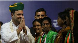 Rahul Gandhi bar en traditionell vit kurta då han utsågs till Kongresspartiets ledare
