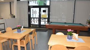 Matsalen i Rasevorgs mentalvårdscenter hars tora fönster så man ser bra in, men nu hänger det gardiner i fönstren.