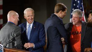 USA:s tidigare vicepresident Joe Biden (andra från vänster) deltog i demokraten Conor Lambs (tredje från vänster) valmöte i Pittsburgh, Pennsylvania den 6 mars.