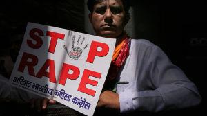 Demonstrant mot våldtäkter i Indien