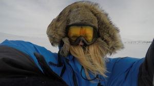 En selfie med Susanna Forsell som står ute i snöstorm med slalomglasögon,