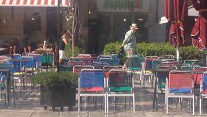 Det är färre och färre som har råd att äta ute. Många av restaurangerna är tomma. Samma dag vi kom till Grekland höjdens restaurangmomsen med 10 %.