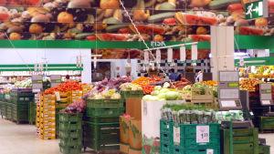 Frukt och grönsaker i en butik.