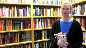 Bibliotekarie Anna Söderström på Munksnäs bibliotek.