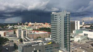 Mörka moln närmar sig Tallinns centrum bakom Gamla stan