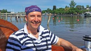 Seglaren Tom Marsti sitter i sittbrunnen i sin båt