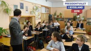 Ombudet och läraren Ilja Demakov diskuterar politik med sina elever.