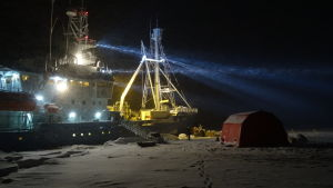 Forskningsfartyget Lance i snöstorm.