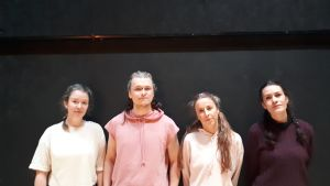 Teatergruppen Unga scenkompaniet står mot en vägg.
