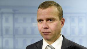 Inrikesminister Petteri Orpo håller presskonferens om terrordåden i Paris.