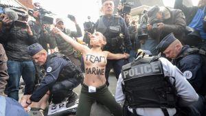 Femen-demonstrant utanför Marine Le Pens vallokal i Henin-Beaumont, i nordvästra Frankrike 23.4.2017