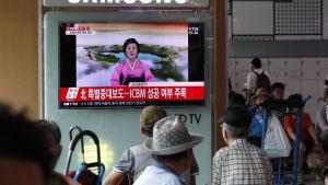En nyhetssändning från Nordkorea sänds i Sydkorea.