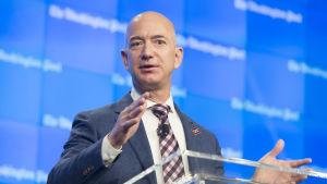 Jeff Bezos som grundade Amazon.com belv världens rikaste man under de första tio dagarna av år 2017 då han vann stort på sina aktier