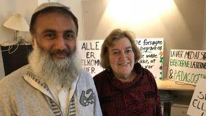 Muhammed Aslam och Janni Milsted med demonstrationsplakat i bakgrunden.