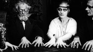 Spiritistinen istunto. Kuva Fritz langin elokuvasta Tri Mabuse – ihmispeto (1922).