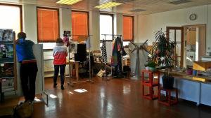 Epilästä löytyi tyhjillään oleva vanha pankkikonttori taiteilijaryhmän työtilaksi. Galleriatilana toimii kellarin valtava pankkiholvi.