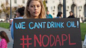 Kvinna protesterar mot oljeledning i norra Dakota i USA.