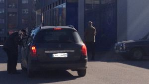 Bil på en parkeringsplats
