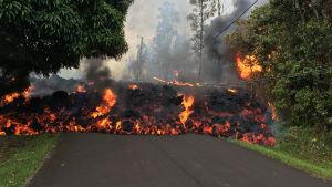 Det upptrappade utbrottet har skapat 10 nya sprickor i jordskorpan som sprutar ut lava i samhällen ett tiotal kilometer från kratern.