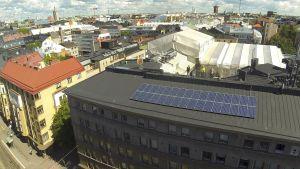 Solpaneler på höghus vid Stora Robertsgatan 32