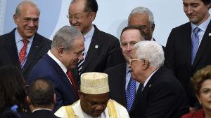 Benjamin Netanyahu och Mahmoud Abbas träffades senast ifjol höstas vid klimatkonferensen i Paris. Männen skakade hand men förde inga formella förhandlingar