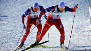 Emil Iversen hänger på Petter Northug i skidspåret i Quebec.