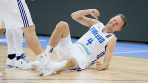 Mikko Koivisto skadar sig och grinar illa.