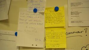 Lappar med respons gällande maten på anslagstavla i centralköket i Karis högstadieskola.
