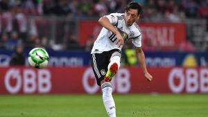 Mesut Özil skjuter ett skott