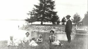 1900-luvun alkua, perhe huviretkellä kanavan suulla.